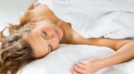 Spanie na brzuchu może powodować zmarszczki