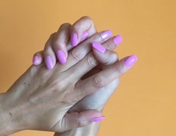 Chroń dłonie, aby uniknąć plam