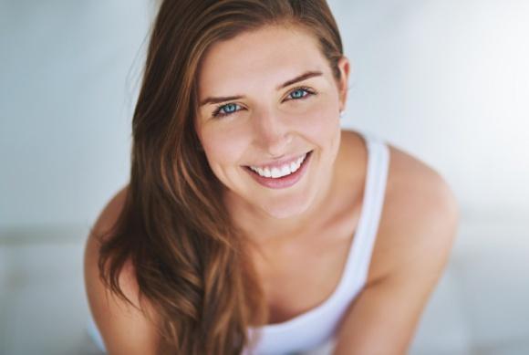 Jak pielęgnować delikatną skórę w okolicach oczu?