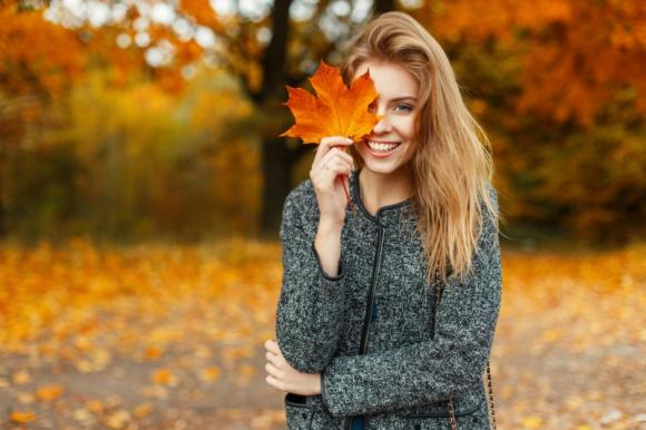 Jak zatrzymać wypadanie włosów jesienią?