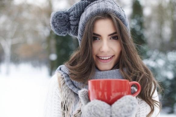 Jak pielęgnować włosy zimą, aby były zdrowe i gęste?