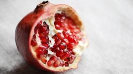 Wybuchowy granat w kosmetykach LIFESTYLE, Uroda - Granat to niesamowity owoc. Jest często nazywany owocem życia ze względu na swe właściwości. Zawartość polifenoli (związków przeciwutleniających), które hamują powstawanie wolnych rodników zmniejsza ryzyko występowania chorób nowotworowych.