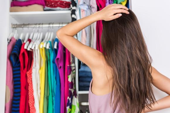 """Ogarnij chaos, czyli jak zrobić porządki w szafie? LIFESTYLE, Moda - Myśl o porządkach w szafie często idzie w parze z nieopartą chęcią odłożenia tej czynności – jak za małych spodni i koszul – """"na potem"""". Aby poradzić sobie z generalnym porządkiem, wystarczy przestrzeganie tych kilku prostych kroków, które pomogą zatrzymać porządek na dłużej."""