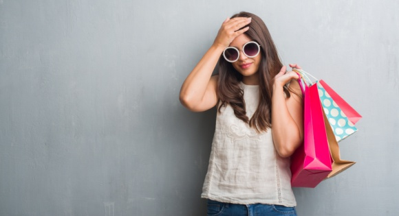 Błędy zakupowe, czyli czego nie robić szukając modowych perełek? LIFESTYLE, Moda - Zdarza ci się wrócić z zakupów, wypakować nowe ubrania z toreb i następnego dnia stwierdzić: znów nie mam się w co ubrać? Prawdopodobnie popełniasz jeden – lub więcej! – z tych zakupowych błędów. Sprawdź, jakich zachowań unikać podczas zakupów modowych!