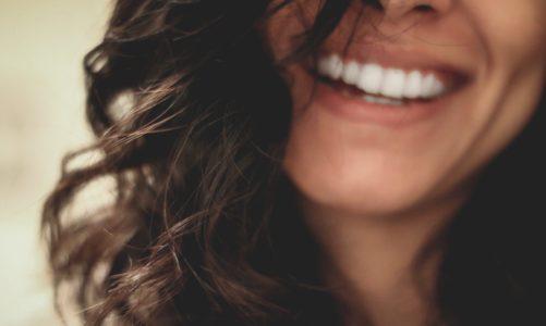 Olej kokosowy w składzie pasty do zębów skutecznie zwalcza bakterię próchnicy zębów.